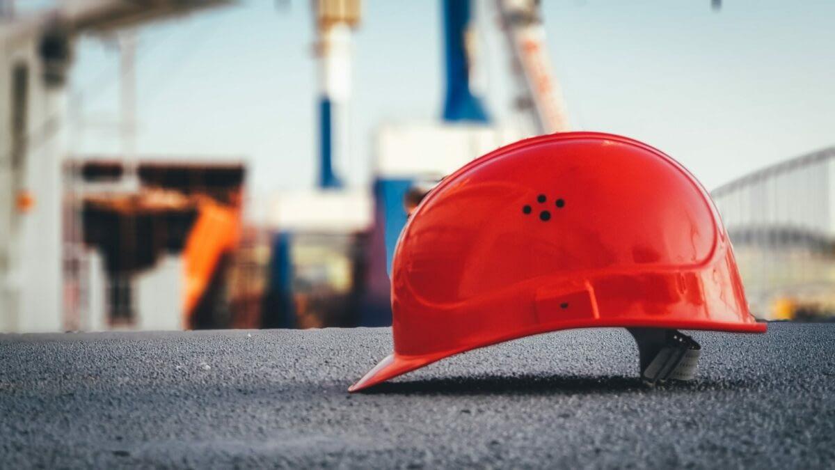 En rød hjelm som er viktig for Helse, Mijø og Sikkerhet.